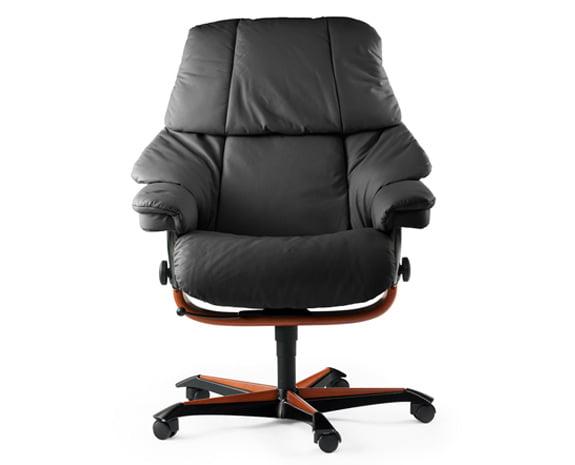 Een luxe bureaustoel in leder stressless at the office