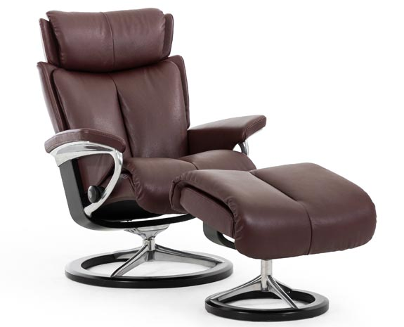 Fauteuil inclinable grand confort Stressless Magic Signature (piétement moderne en bois et métal) en cuir marron.
