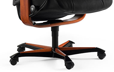 Zoom sur les roulettes et le piétement du fauteuil de bureau en cuir grand confort, inclinable le Stressless, le Mayfair Office (M) avec les derniers systèmes confort by Stressless.