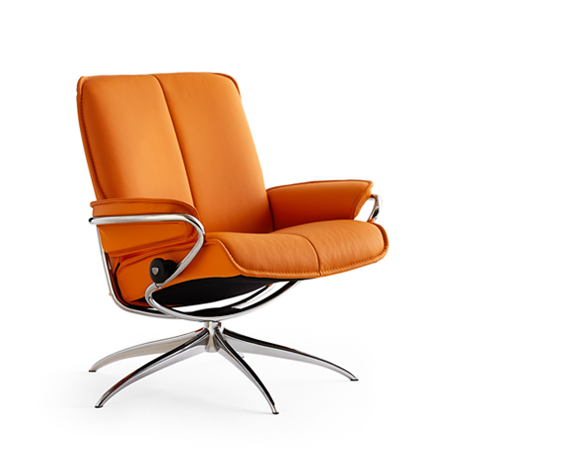 Fauteuil en cuir orange moderne et pied argenté, inclinable avec des coutures apparentes et accoudoirs confortables, le Stressless City Low Back avec hauteur d'assise standard.