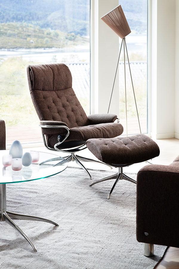 fauteuil stressless elegant fauteuil pouf stressless mayfair en cuir cori brun pieds signature. Black Bedroom Furniture Sets. Home Design Ideas